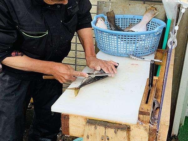 丸吉商店の方が魚をさばいてくれます