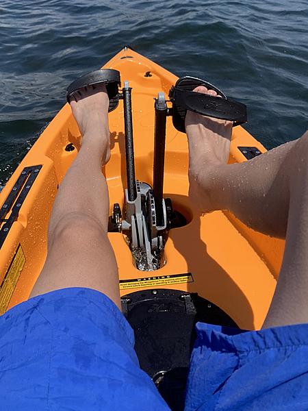 足漕ぎカヤックは膝付近に日差しを受けます