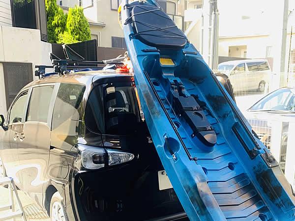 車の後ろからカヤックを滑らせて載せます
