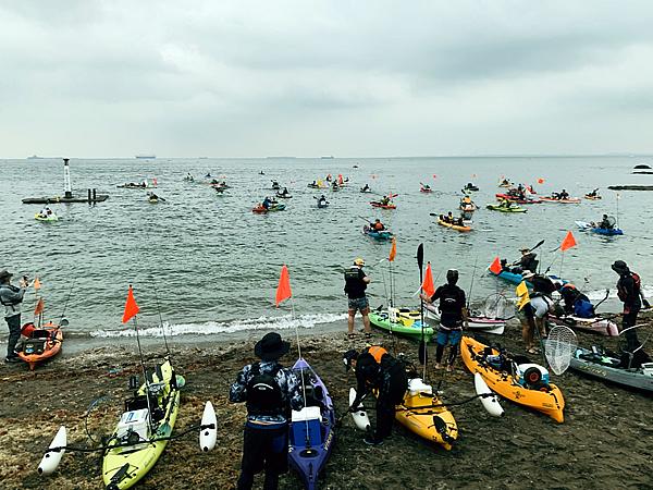 横須賀、観音崎で開かれた大規模カヤックフィッシング大会の出艇の様子