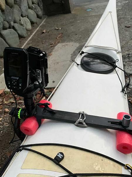 シットインカヤックに魚群探知機を取付する
