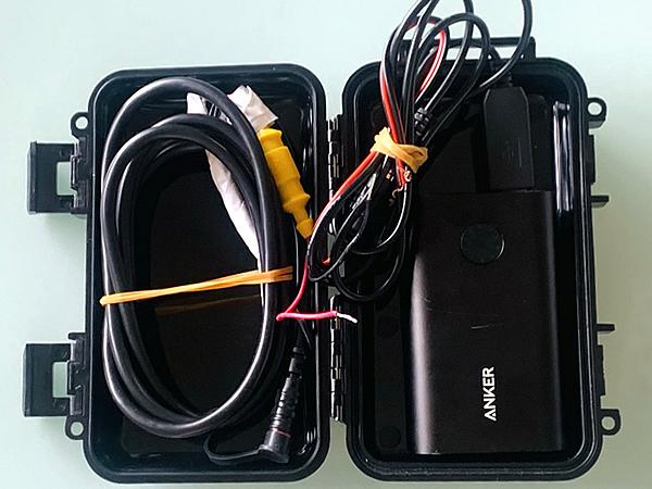 モバイルバッテリーを防水ケースに入れる